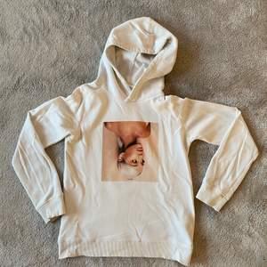 En vit hoodie med Ariana grandes album från 2018. Använt Max 2 ggr. Finns ej i butik längre. Den är lite större i storleken.