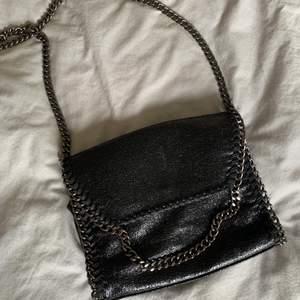 En super fin svart Stella Mccartney liknande väska som knappt är använd! Ifall många är intresserade buda, eller köp direkt för 500💜 frakten ingår inte i budandet