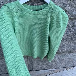 Säljer ev denna superfina gröna stickade tröjan. Köptes men tappade sedan bort kvittot och kunde ej lämna tillbaka. Helt ny. Så mjukt material absolut inte stickig. Den är helt ny därav priset 💚💚💚