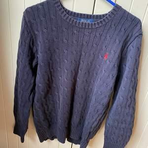 Säljer en jätte fin och oanvänd kabelstickad tröja från Ralph lauren som aldrig kommer till användning den är i storlek L (14-16år) står det på lappen men är mer som en XS eller Small tror den är köpt ifrån kidsbrandstore som brukar vara lite små i storlek