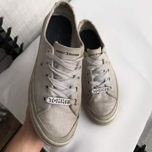 Snygga Tommy Hilfiger sneakers i användskick💕