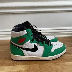 Säljer dessa jätte snygga Jordan 1 highs. Skorna är använda sparsamt och creasefria, buda från 2000