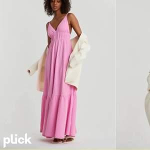 En jätte fin rosa klänning från Gina tricot son är använd endast 2 gånger. Klänningen är storlek 36, men passar även storlek 38. Ifall man skulle vilja ha fler bilder på klänningen så är de bara att kontakta mig privat.