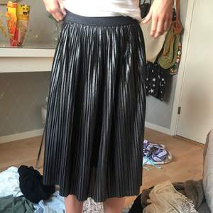 En svart lite glittrig/skinande kjol i väldigt bra skick , har endast använt den runt 5 gånger! Jag säljer den för att jag inte använder den 🌸