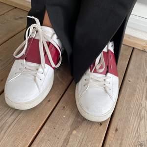 säljer ett par sneakers ifrån valentino i en vinröd färg. I jättefint skick och använda varsamt, säljer då jag inte får någon användning av de. (lite slitna längst fram som syns på första bilden) Storlek 39, och äkthetsbevis finns! hör av er vid frågor