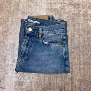 Blå jeans från junkyard, har använt den en gång så nästan helt nya. Straight leg som slutar precis över fötterna på mig (är 169 cm).