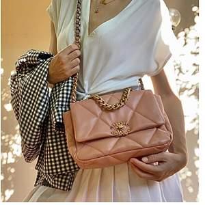 Använd några gånger . Välgjord väska som kommer med box och dustbag . Fina detaljer (svarar enbart seriösa köpare ) . Mjukt läder , ca 26 cm .. Givetvis priset talar för sig själv ((!) Chanel inspir)