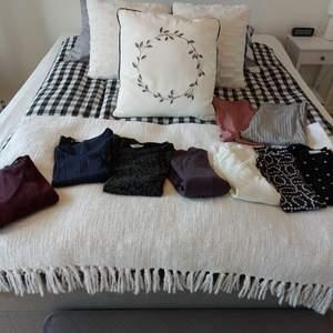 Klädpaket dam med 9 klädesplagg, I nyskick:  -vinröd plisserad t-shirt, storlek M (lager 157) -virkad marinblå t-shirt, storlek M (MQ) -grå/svart leopardmönstrad tröja, storlek S (H&M) -två stycken tunna polotröjor, svart/vit mönster, storlek L (cassels och H&M) -vit plisserad tunnhalvpolotröja, storlek L (H&M) -lila ribbstickad polo med slits vid ärmslut, storlek L (H&M) -ett par ljusgrå ribbstickade byxor, storlek M (GinaTricot)-ett par rosa ribbstickade utsvängda byxor, storlek L (lager157)