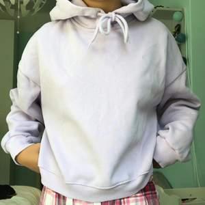 Helt oanvänd croppad hoodie ifrån lager 157!😊 Den har en magiskt stor fin luva som ej är pösig eller sladdrig på något sätt!💕 99 kr + 66 kr spårbar frakt