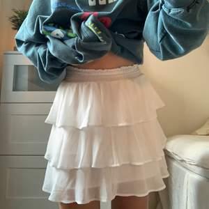 Jättefin vit kjol från Gina Tricot! Tidigare varit en klänning men som är avklippt till en kjol. Klänningen var i storlek 34❤️ Väldigt bra skick. Det är många intresserade, därav budgivning i kommentarerna.