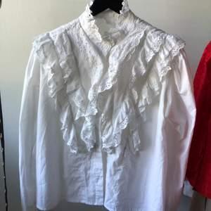 Säljer en fin tröja i viktoriansk stil som är inköpt här på Plick men som tyvärr inte riktigt var min stil. Den är i bra skick utan märkbara slitningar. Köparen står för frakt.