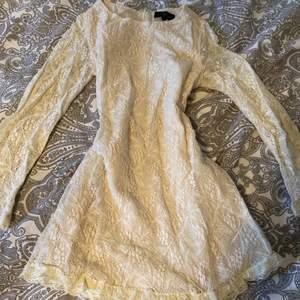 Jag säljer nu denna vita vackra klänningen i spets, som passar perfect till dop osv, dock alldeles för liten och kort för mig❤️ Köpare står för frakt!