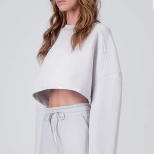 Säljer min kroppade sweatshirt i ljusgrå från LXA. Använd 2-3 gånger så som i nyskick. Superskönt material och jättefin men kommer tyvärr inte till användning utan bara blivit hängandes i min garderob. Pris diskuterbart vid snabb affär.