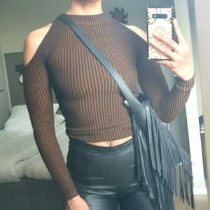 Tyckte jag va i behöv av en ny tröja till AW. Men blev bara använd en gång. Den är ribbad i brunt och mellan ribban så är den ljusbrun/orange så den är randig. Ny pris 299:-🐅🤎
