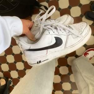 Ett par Nike airforce 1 i använt skick där av priset