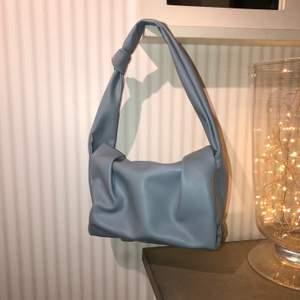 Superfin blå handväska som är använd fåtal gånger🤍 säljer för 150 kr🥰