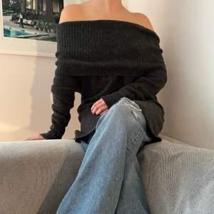 Mysig lite längre stickad offshoulder tröja 🖤.          Storlek 38/40 passar även 36🖤.                              Startpris: 80kr, Skriv buden till mig privat eller kommentera på bilden! Buda med minst 5kr varje gång ✨Köpare står för frakten