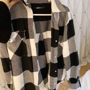 Flanellskjorta/ jacka i storlek XS, kan användas som både overshirt eller jacka nu under våren. Bara använd ett fåtal gånger och är som helt ny!