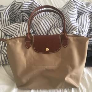 En äkta longchamp väska, aldrig använd! Säljer pga inte min stil längre!