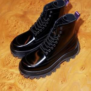 Jättefina kängor i äkta läder från Eytys för H&M. Köpta här på Plick men har ett par andra liknande skor så tyvärr kommer dom inte till användning. True to size skulle jag säga! Nypris 1500.