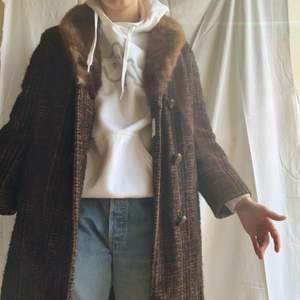 Super fin vintage kappa i äkta päls, i super fint skick! Går lite innan knäna på mig som är 167. Väldigt mysig och snygg att styla med🍁🍁