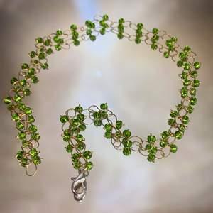Ett fint handgjort halsband med gröna glaspärlor! Den mest poppulära färgen så passa på, eller specialbeställ❣️ spännet är försilvrat och frakten ingår i priset❣️                                                                                ————————————————————————— Jag kan göra specialbeställda smycken, det är bara att höra av dig❤️🌟 ————————————————————————— Kika gärna in på min profil, säljer en massa olika handgjorda smycken💃🏼 perfekt till dig själv eller i present till någon❣️✨