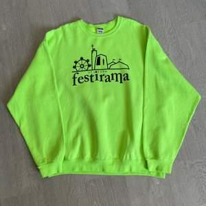 Neongrön sweatshirt med print strl XXL.  Passar bra som oversize om man har mindre storlek. 66 kr spårbar frakt.  Skicka meddelande om du vill köpa eller vid frågor/fler bilder! Notera att små defekter kan finnas då den inte är ny. Större brister nämns tydligt i annonsen/visas på bild.