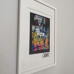 Säljer denna Chanel ORDIE tavla från ABSOLUT ART.💕          Börjar priset på 1500 sedan är det bar att buda.💕                  Ingår även glasram.