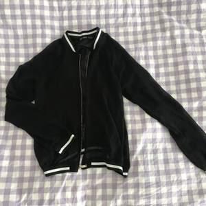 Halv-transparent tröja med tryck bak (se andra bilden) 🦋🌸