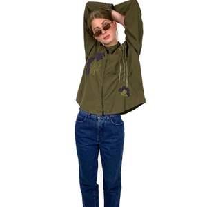 100% cotton. Shoulder to shoulder: 46 cm Length: 69 cm The model is 173 cm tall.