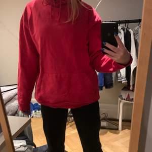 Röd snygg hoodie, ganska använd men fint skick, storlek M men funkar för mig som har S :)