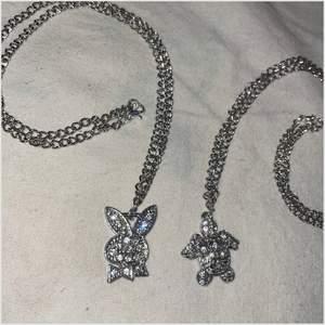 Olika halsband med strass. Inte äkta silver. Frakt på 12kr tillkommer. 59kr/st. 💓