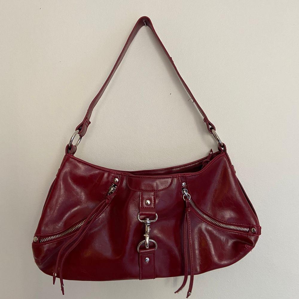 Vinröd väska, super bra size att ha på axeln! . Väskor.