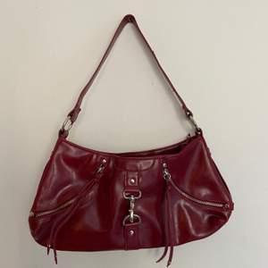 Vinröd väska, super bra size att ha på axeln!
