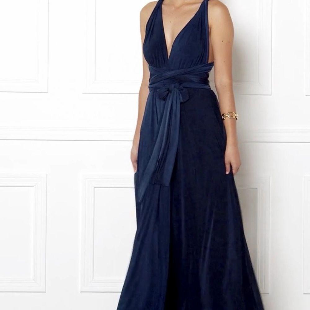 Bara använd en gång!! Modellen: Multi Tie Maxi dress från Goddiva. Man kan knyta den precis som man vill ha den både där fram och i ryggen. SÅ FIN!! Köptes för 1100kr. Klänningar.