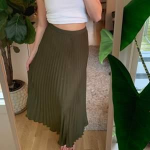 Mörkgrön kjol från H&M 💙.                               Storlek: 34/ 36Startpris: 80kr, Skriv buden till mig privat eller kommentera på bilden! Buda med minst 10kr varje gång ✨Köpare står för frakten