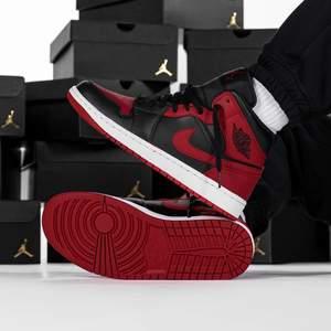 Säljer dessa snygga Jordan 1 mid banned, dessa skor är självklart 100% äkta samt kvitto finns. Säljer dessa skor för endast 1400. 2x36,5. 1x39. Frakt tillkommer eller upphämtning i Lindesberg/Örebro. Har du någon fråga så är det bara att fråga på.