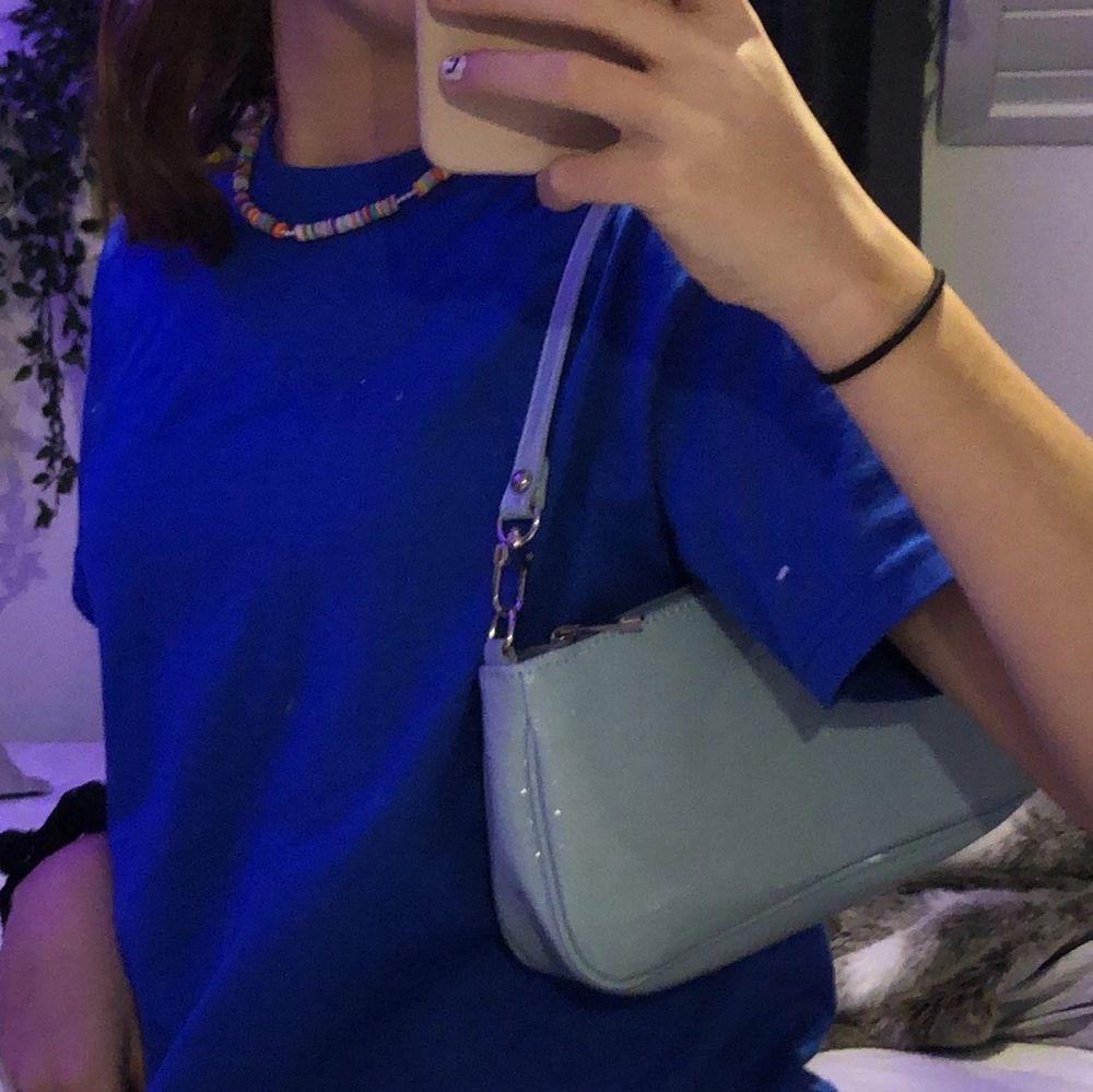 Säljer denna väska då den ej kommer till användning, har endast använt den en gång och den är i super bra skick. Perfekt till sommaren❤️💙. Väskor.