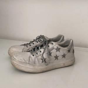 Asballa skor med stjärnor! Skorna är använda, men i acceptabelt skick. Inga defekter på sulorna eller på stjärnorna. Fraktar eller möts upp i Stockholm. Kontakta mig gärna vid frågor🤠💕