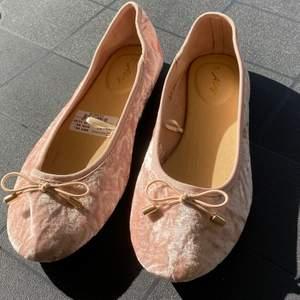 Rosa velvet ballerinaskor. Aldrig använda med prislappen kvar💕