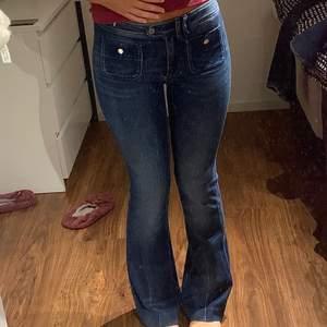 Super y2k jeans med fram fickor. Varken låga eller höga i midjan precis mellan. Tredje bilden visar jag lite slitage. Byxorna är inte mörkare på baksidan utan det är bara ljuset i bilden. Storlek 40 men mycket mindre i storlek skulle uppskatta till en 36/38. Kan ta mått ifall det skulle behövas. +frakt 66kr