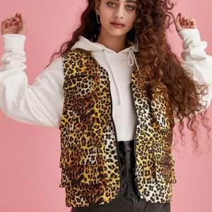 Hej! 😊 Säljer en fin utility väst från collusion i leopard mönster. Den är unisex och plus size i storlek EU 50. Endast använts 1 gång. Gratis frakt! Endast Swish. Hör av er vid frågor 💗