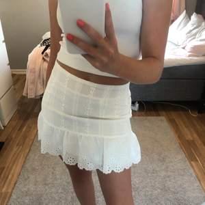 Säljer en vit broderad kjol, nästan aldrig använd, bra skick, storleken är S men sitter mer som en Xs,  säljer pga att den är någorlunda för liten på mig, ordinarie pris vet jag inte så därför säljer jag billigt