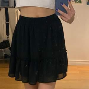 Svart volangkjol perfekt nu till sommaren, bra skick! Stretchig i midjan så passar xs-m 💕 Fick den av min syster så vet tyvärr inte vart den kommer ifrån 💖Säljer då jag har en liknande svart volangkjol!