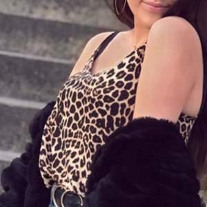 Topp/linne med leopardmönster.