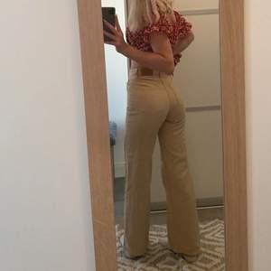 Superfina nästan oanvända vida jeans från monki! Precis som nya. Slutsålda på hemsidan, storlek 24🥰💕❤️ NYPRIS 400kr☺️