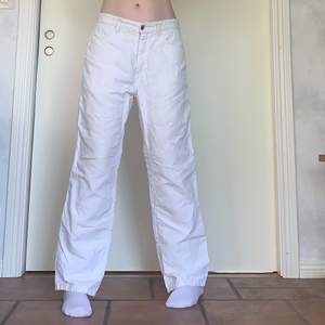 Säljer dessa fina vita linnebyxor i medium! De är tunna och perfekta för sommaren. 82cm midja och 72cm innerbenslängd, jag på bilderna är 172cm och brukar bära storlek 38/W28/S-M❤️ Obs, två väldigt små fläckar på ena bakfickan, syns på sista bilden💕