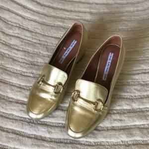 Gucciinspirerade heta guldloafers från &OtherStories i finaste skinn. Perfekta till sommarens alla outfits