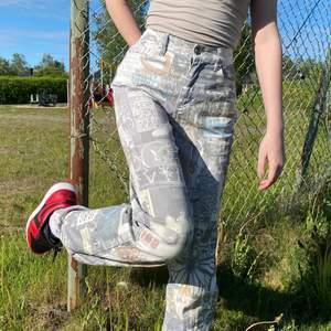 Coola Jaded London Jeans som är svåra att få tag på!! Starkt material och bra passform på midjan enligt mig❤️❤️ Vit bas med coolt graffiti print som har allt möjligt från dödskallar till fjärilar🦋🦋 Raka breda ben som faller fint och byxorna är i storlek W26 vilket motsvarar XS/S i Europa!! Använts tidigare men, i mycket bra skick❤️ Kommentera inlägget eller kontakta mig gärna vid intresse❤️❤️