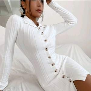 En jätte fin vit  klänning, sweet dress som passar för höst. Jag har inte änvändat förut.